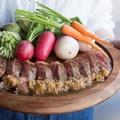 料理メニュー写真特選牛 サーロインステーキと夏野菜のソテー(ジャポネソースと岩塩で) 100g
