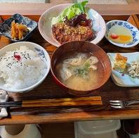 自家栽培のお米や、有機野菜を使った季節の料理。