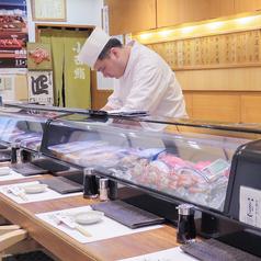 【カウンター席】オープンキッチンのカウンターでは調理の手さばきを間近で見ることがでる特等席。接待やおもてなしにも最適です。一人でのサク飲み・サク飯や大人のデートにも◎今が旬の魚から定番の魚まで豊富にご用意!