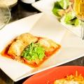 料理メニュー写真銘柄鶏もも肉のピッツァ職人風