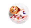 料理メニュー写真バニラのクレームブリュレ(イチゴソース)