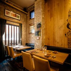 1Fエントランスフロアは、5名様まで入るお席です。壁沿いのお席で天井も高く、広めのお席なのでゆったりと落ち着けてお食事を楽しむこともできます。