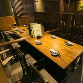 4~6名様掛けのテーブル席はそれぞれ3卓ございます。テーブルごとに仕切りがあり、落ち着いた雰囲気のお席で、全国の地酒を酌み交わしながらゆっくりとお過ごしいただけます。