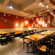 【カーテン個室/34~50名様】一体感のあるレイアウトで、お喋りも盛り上がる宴会を♪落ち着いた赤色の壁が印象的で、雰囲気重視のお客様にもおすすめ◎壁際はソファーシートになっており、ゆったりとお食事をお楽しみいただけます♪
