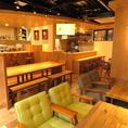 店内中央には8名様までご利用いただけるテーブル席があります。ゆったりとしたスペースなので、お二人様でも隣が気になりません。