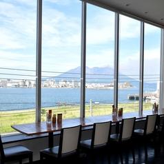 店内に入ったら目の前に広がる桜島!窓際の人気のお店は海と桜島が一望できます♪雰囲気の良い店内で絶品イタリアンを愉しんで!