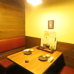2名様でご利用頂ける半個室を2卓ご用意しております。ご予約はお早めに!