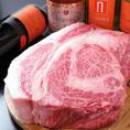 【こだわり厳選した黒毛和牛】シェフがその時々でベストな牛肉を厳選しております。部位に合わせて、ステーキやローストビーフ、炙りなど…最適な調理法でご提供いたします!ぜひ、ご賞味ください!