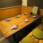 10名様掛けのテーブル席、落ち着いた雰囲気のお席で、全国の地酒を酌み交わしながらゆっくりとお過ごしいただけます。