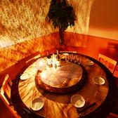 新店のピカピカ店内はスタイリッシュなデザイナーズ空間!個室ソファー席は会話もゆったり座れて大人数可、45名~貸切利用可。人気のお席の為お早めにご予約下さい♪★新宿×個室×食べ放題 酔虎