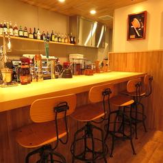 バーカウンターも4席ご用意があります。バックバーを眺めながらハワイアンカクテルはいかがでしょうか?