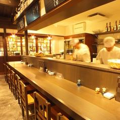 【1階】入口から伸びたカウンター席。料理人の活気が伝わります。「金沢おでん」の鍋に一番近い席なので、見ながらオーダーして下さい。