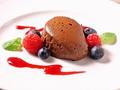 料理メニュー写真生チョコのムースガナッシュ フランボワーズソース