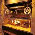 【当店自慢のグリル台!】イタリア料理に必要な要素を兼ね備えた熾火【(おきび)真っ赤に蓄熱した炭火】専用グリルを国内厨房機器メーカーと共同開発し、日本のレストランで初めて導入いたしました。間接的な火力の熾火と直接的な火力の薪火を駆使して、様々な食材を使ったグリル料理を展開していきます。