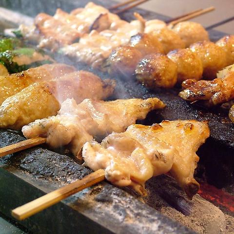 各種串焼きやもも焼き、新鮮な刺身など料理も豊富!24名様までの完全個室あり!