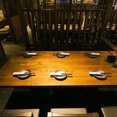 6名様掛けのテーブル席は3卓ございます。テーブルごとに仕切りがあり、落ち着いた雰囲気のお席で、全国の地酒を酌み交わしながらゆっくりとお過ごしいただけます。
