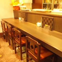 【1階】入口すぐのカウンター席。料理人の活気が伝わります。「金沢おでん」の鍋に一番近い席なので、見ながらオーダーして下さい。