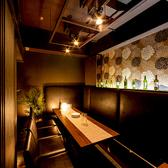ソファタイプで広々とお使いいただける個室席は様々なシチュエーションに対応◎おしゃれな照明が優しく照らす大人の個室席で素敵な夜をお過ごしください。