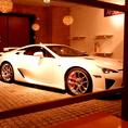 店内には日本に数十台しかない高級車も展示しております。本格イタリアンをカジュアルにお楽しみ下さい。※日によってイベントスペースになっており、展示が無い場合がございます。