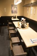 少人数から中人数まで座れる店内奥のテーブル席。