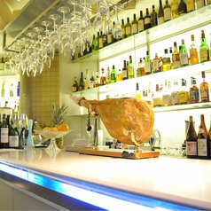 ◆バックバーには約500種のお酒がズラリ!