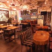 【店内フロア席】テーマは『あそびの倉庫』店内自慢の照明やテーブル達は手作りです。他では味わえないオリジナルの空間で是非うまい酒うまい料理を♪2名様掛けのテーブル席!つなげれば一枚板の木でテーブルを囲い最大6名様でのご利用も可能です♪※プロジェクター完備 「Funabashi Baseあそび船橋店」