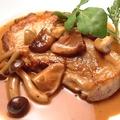 料理メニュー写真美濃けん豚のステーキ、茸風味の和風デミグラスソース