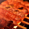 新鮮な素材にこだわった逸品メニューが充実!番屋の炭火串焼きは、豊洲の鶏肉専門店から新鮮な国産鶏を仕入れ、毎日店舗で串打ちを行っています。板前の「技」で一本一本丁寧に焼き上げたこの絶妙な串焼きをぜひ当店でお召し上がりください。