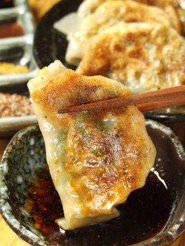 中はホクホク外はカリカリ餃子、ついついお酒に手が伸びる!立川で餃子を食べるなら!