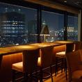夜景を楽しむなら窓際のカウンター席がオススメ!ご予約状況によっては、カウンターの端のゆったりできるお席へご案内することも可能です。美味しいビールと本格イタリアンを楽しみながら、大切な方と素敵なひと時をお過ごしください…