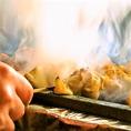 店内の焼き場で職人が一から手作業で焼き上げていく焼き鳥の炭火の香りが店内にただよいます。1つ1つの身が大きく食べごたえ抜群。さらにお土産に串の【お持ち帰りもできます】ので、お気軽にご注文くださいませ。コースでも味わうことができますので是非ご利用ください。※写真はイメージ