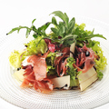 料理メニュー写真生ハム「クラテッロ」とルッコラのサラダ