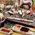サクサクの軽い食感が食べやすい当店の串揚げ。7種の調味料でお好みのお味でお召し上がりください!