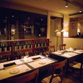 店内窓側に位置するテーブル4名席(2卓)ございます。普段着で楽しめる隠れ家本格イタリアンレストラン。イタリアの郷土料理とワインが味わえます。デート/お食事/女子会/夜会でのご利用が多いです。カップル/夫婦/友人同士/同期同僚の方々と楽しい位ひと時をお過ごしください。