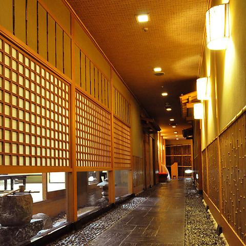 ホテルならではの高級感のある雰囲気の中で、四季折々の会席料理を味わって。