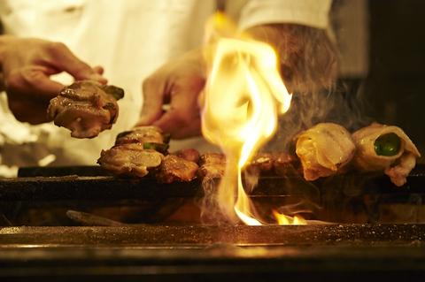 高級寿司店の様に絶妙な間で串が出されます。焼き師の技を目の前で味わえます。