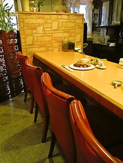 カウンター席6名様まで座れます。お一人でもゆっくりお食事できます。