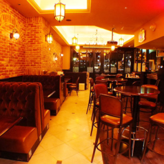会社帰りや女子会などにも♪さまざまなお酒を取り揃えていますので、バーとしてもご利用できます。店内は、パリの街角にあるカフェのよう。アンティークのソファーやシャンデリアが、古き良きヨーロッパの雰囲気を醸し出します◎
