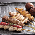 バラ焼き以外に串焼きもご用意しています!独自にブレンドした炭で焼いた鶏は食欲そそる、とてもいい香りがします。1本からでもご注文承ります。お好みの串をご注文ください。