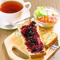 遅めの朝食にも嬉しいトーストセットは10:00~14:00◎
