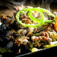 宮崎県で、長年多くの方々にこよなく愛されている「親鳥」の様々な部位を、熟練の技で丁寧に調理してご提供致します。宮崎名物の地鶏は程よい弾力があり、脂が適度にのっていて、噛めば噛むほど旨みが楽しめ、やみつきになります。炭火で包み込むように焼きますので、炭の風味が特徴的です。