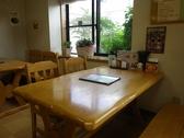 木のテーブルなど自然を感じさせるアットホームなテーブル席。