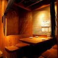 【4~最大6名様】こちらのお席は、4~最大6名様までご利用頂けるテーブルタイプの半個室のお席となっております。木のぬくもりと柔らかい照明のモダンな内装が魅力的です。女子会や大切な人のお祝い、記念日など少人数での飲み会に最適です。【三宮 居酒屋 飲み放題】