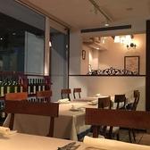 店内奥のエリアに位置するテーブル4名席(2卓)ございます。夜はほのかな灯りでムーディーな雰囲気を演出します。イタリアの絵画や雑貨が並んだカジュアルな空間♪デート/お食事/女子会/夜会でのご利用が多いです。カップル/夫婦/友人同士/同期同僚の方々と楽しい位ひと時をお過ごしください。
