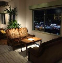 【京都の景色・夜景×4名様ソファー席】京都を一望できる窓際の4名様掛けのソファー席。女子会や友人同士、パーティーに大人気のお席です。