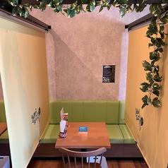 緑をあしらった2名掛けのテーブル席。カップルや夫婦など、2名様の来店ももちろん大歓迎です♪