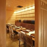 ゆったりと落ち着いてお食事が楽しめるテーブル席(4名様×2、6名様×1)もご用意しております。