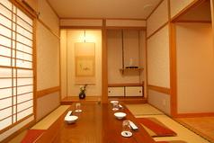 こじんまりとした個室。少人数でのご会食や、商談の席に最適です。