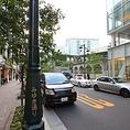 みゆき通りをコリドー街方面へ歩くと右側に泰明小学校が