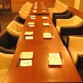 テーブル席は2名様~20名様まで対応可能!ご予約の人数に合わせてセッティング♪テーブルに鉄板はございません。